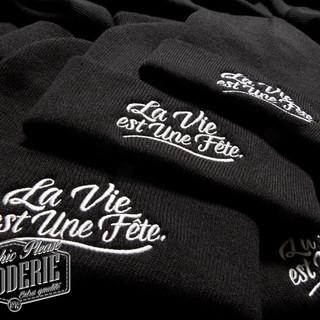 Broderie-sur-bonnet-à-revers-Logo-La-vie