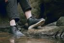 Marca japonesa cria bota impermeável feita com borra de café