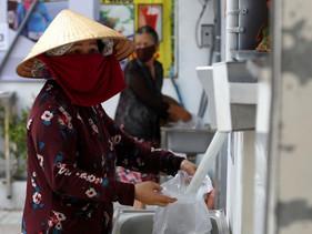 'Caixas eletrônicos de arroz' fornecem arroz gratuito para pessoas que estão sem trabalho no