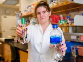 """Estudante de biologia descobre bactéria que """"come"""" plástico e o divide em materiais inofen"""
