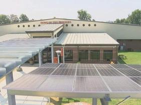 Após instalação de painéis solares em 2017, escola consegue economizar para aumentar salários