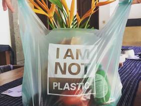 Empresa da Indonésia cria sacola biodegradável feita de mandioca que é comestível, compostável, e at