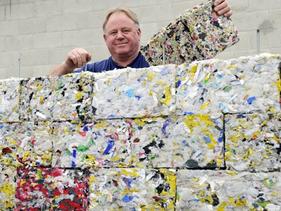Neozelandês Peter Lewis inventou uma máquina que converte 100% do lixo plástico em tijolos ecológico