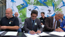 Ministro do Meio Ambiente assina acordo que trará ao Brasil 50 ararinhas-azuis, espécie considerada
