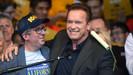 Ex-governador da Califórnia - Arnold Schwarzenegger - celebra o alcance da sua iniciativa com meta d