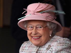 Rainha Elizabeth bane canudos e garrafas plásticas das propriedades reais