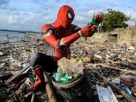 Dono de cafeteria na Indonésia se veste de Homem-aranha para limpar praias e conscientizar a populaç