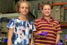Cabelereiro utiliza plástico reciclado de embalagens de shampoo para criar próteses para crianças