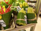 Supermercado na Tailândia troca embalagens de plástico por folhas de bananeira