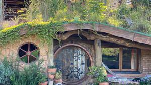 Família constrói 'casa de hobbit' com materiais reaproveitados no interior de SP