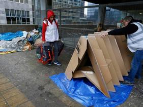 Tendas de Papelão inspiradas em Origami são criadas para proteger moradores de rua em Bruxelas