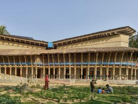 Mulheres constroem centro sustentável para pessoas com deficiência usando bambu e barro