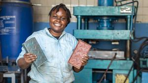 Engenheira queniana transforma plástico em tijolos de alta resistência