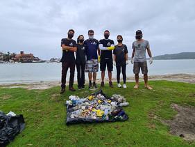 Voluntários retiram 11 kg de lixo na Lagoa da Conceição, em Florianópolis.