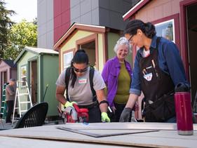 Grupo de carpinteiras constrói vila de casas minimalistas para mulheres sem-teto morarem em cidade d