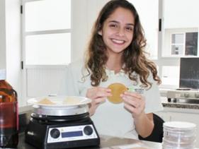 Brasileira de 18 anos é premiada após criar plástico com sobras de suco de maracujá