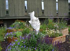 Museu ecológico de Londres inaugura a escultura 'Flower Girl', que atrai as abelhas