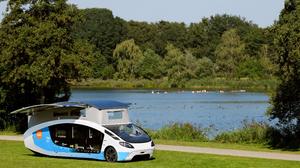 Universitários holandeses concluem viagem pela Europa em uma van movida a energia solar