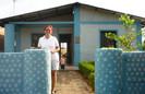 Boliviana constrói casas com garrafas PET para famílias carentes em apenas 20 dias