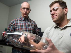 Cientistas acidentalmente criaram uma enzima que se alimenta de plástico e poderá ajudar a crise da