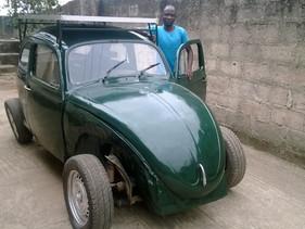 Estudante nigeriano utiliza sucata para criar fusca movido à base de energia solar e eólica