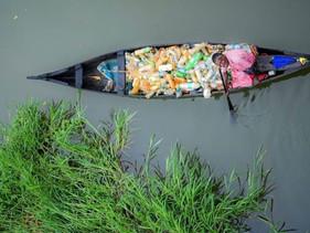 Homem paralítico limpa plásticos de rio na Índia