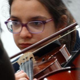 Aluna a tocar violino