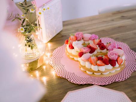 Der 8. Geburtstag in Roségold mit rosa Number Cake