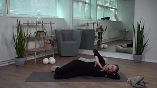 PILATES SOPII ODOTTAJALLEKIN! Pilates on oiva harjoitusmenetelmä raskaana olevalle. Hyvä lantionpohjan lihasten tuki ja keskivartalon kannatus sekä joustava keho ehkäisevät monilta kivuilta ja valmistavat kehoa synnytykseen. Tutkimukset osoittavat, että hyvä lihaskunto lyhentää synnytyksen ponnistusvaihetta merkittävästi. Pilatesharjoittelun avulla opit oikeaa kehonhallintaa ja harjoitat kestävyyttä ja koordinaatiokykyä. Harjoittelu vahvistaa syviä vatsa- ja selkälihaksia sekä lantionpohjaa ja auttaa säilyttämään hyvän ryhdin raskauden aikana. Raskauden aikanen pilatesharjoittelu auttaa kehoa sopeutumaan raskauden ajan muutoksiin, valmistaa kehoa synnytykseen ja synnytyksen jälkeiseen aikaan. Pienryhmässä ohjaaja voi antaa yksilöllistä ohjausta ja tarvittaessa vaihtoehtoisia liikkeitä ja alkuasentoja. Drop In -tunneille voit tulla missä tahansa raskauden vaiheessa.