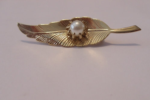 Vintage Pin in Shape of a Leaf golden with a Pearl