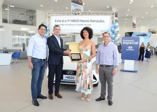 Primeira compradora do HB20 Nova Geração recebe veículo com festa