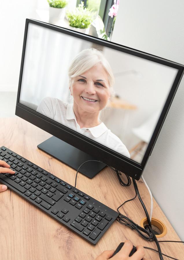 Videosprechstunde mit älterer Frau iStoc