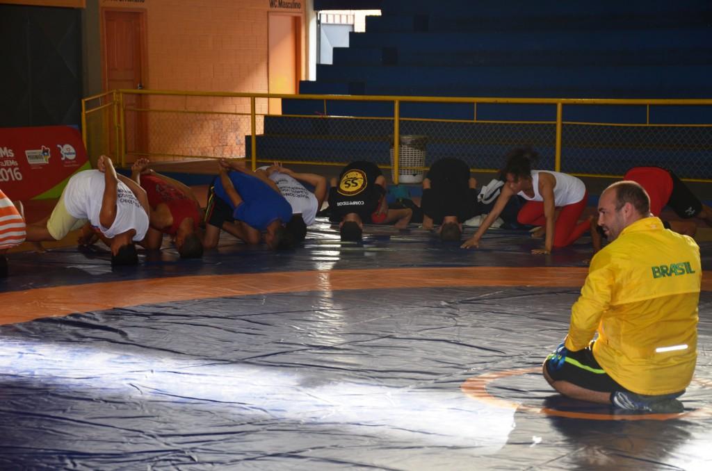 Foto-03-Atletas-realizam-atividades-práticas-da-Luta-Olímpica