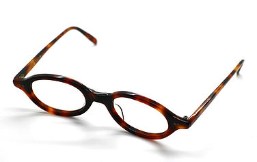 眼鏡ノ奥山の大きいサイズメガネのコンテンツで使用する対比用のアセテートフレーム画像