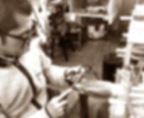 セルロイドメガネRUISMのセルロイド眼鏡制作のヤスリがけ工程