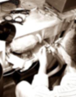眼鏡ノ奥山のメガネの検品についての説明画像その1研磨作業風景