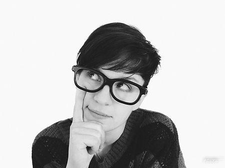 眼鏡ノ奥山の大きいサイズメガネのコンテンツで使用する、サイズの合っていないメガネの女性画像