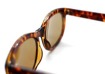 眼鏡ノ奥山のセルロイドメガネと男女兼用のアセテートメガネの対比画像
