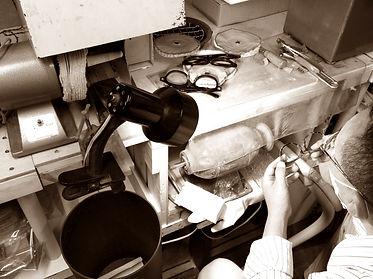 セルロイドメガネRUISMのセルロイド眼鏡制作の磨き作業