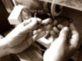 セルロイドメガネRUISMのメガネ研磨作業の風景画像