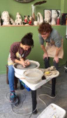 Les éléves du stage de poterie