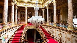 Dolmabahce-sarayi-kristal-merdiven.jpg
