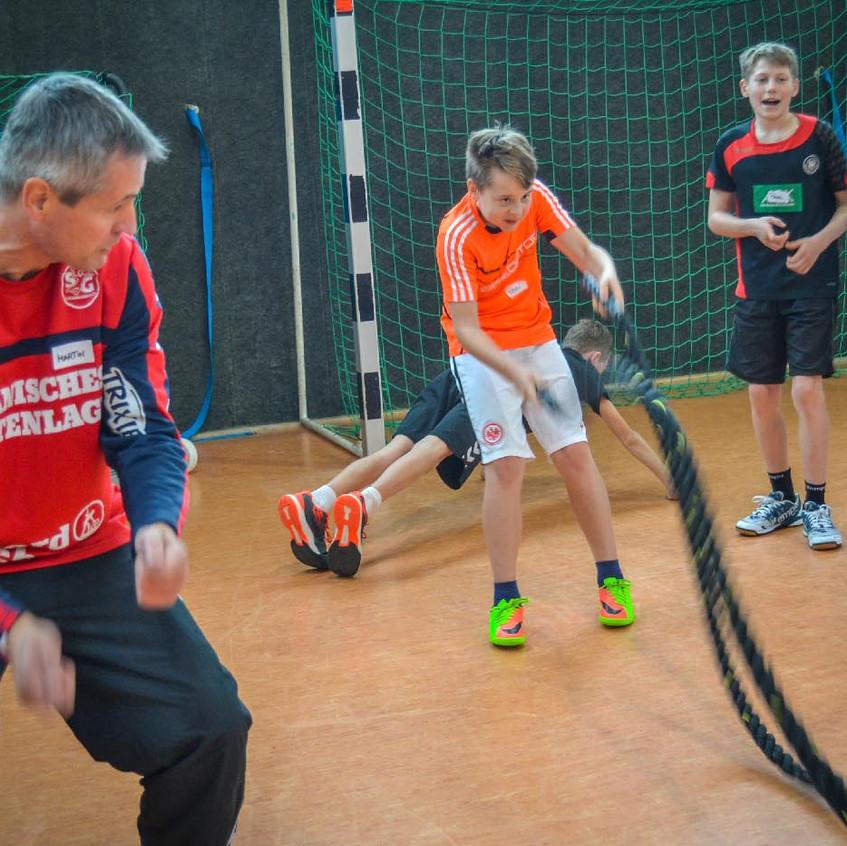 """Ausdauerschulung und Kräftigung der Armmuskulatur in einem: Das Training mit den Tauen der """"Rope-Platte. JSG-Trainer Martin Loose (links) feuerte an."""