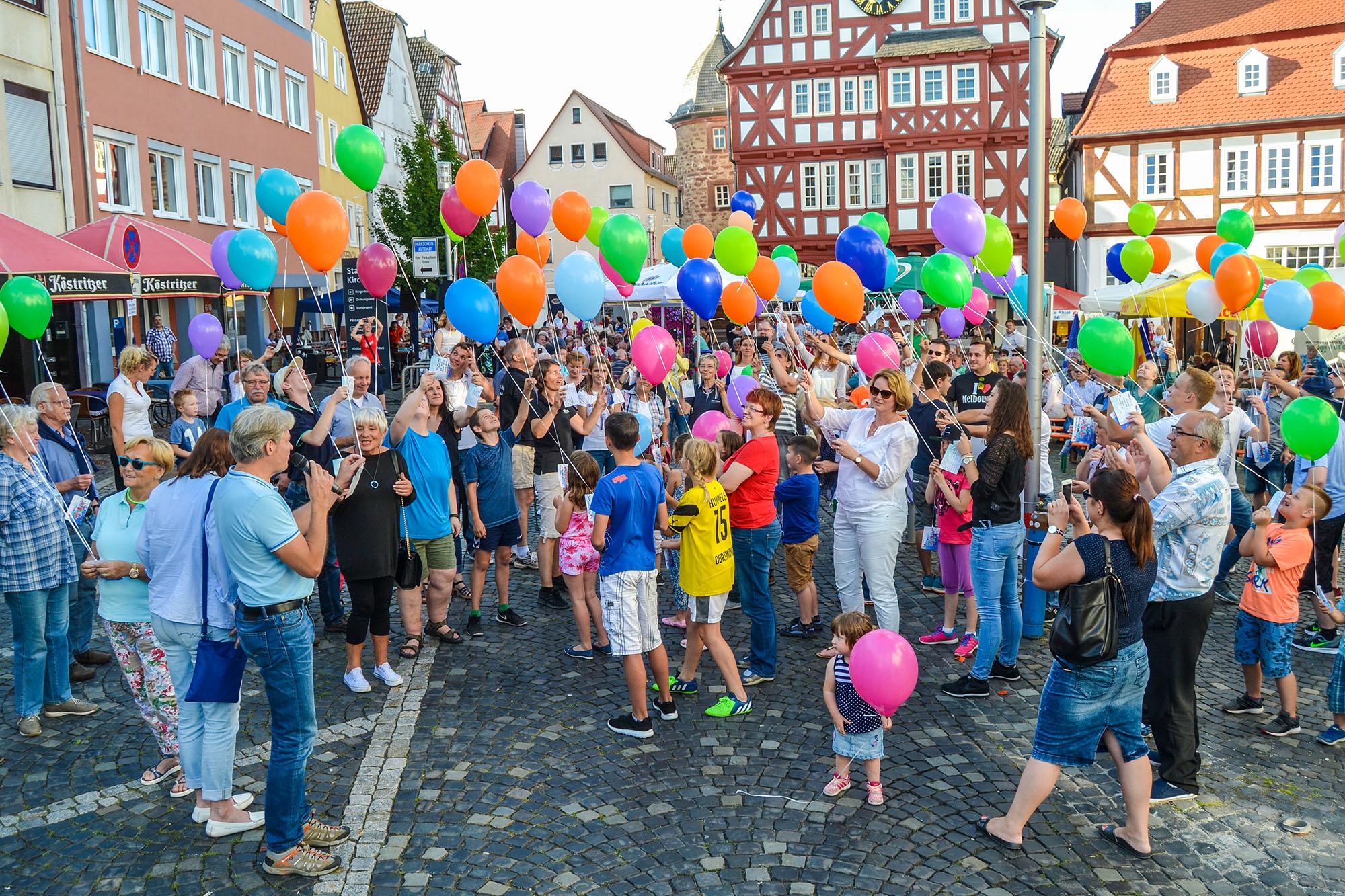 Traditionell wird der Kirchhainer Schlager- und Oldie-Dämmerschoppen mit einem Luftballon-Wettbewerb eröffnet. Im letzten Jahr gab der damalige Bürgermeister Jochen Kirchner den Startschuss, in diesem Jahr übernimmt dies sein Nachfolger Olaf Hausmann.