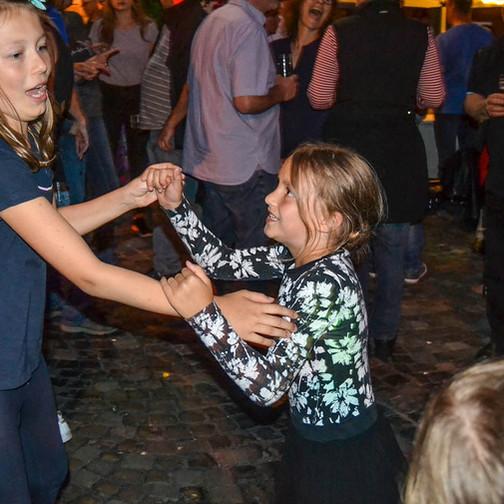 Wie die Alten so die Jungen: Ann-Christin Liebmann und Schwester Marie bei ihrer schwungvollen Tanzeinlage.