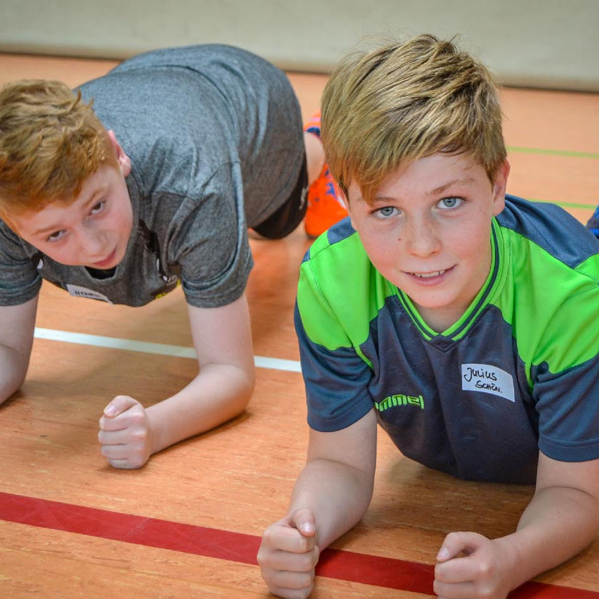Auch einfache Kräftigungsübungen gehören zum modernen Handball-Training, so wie die Liegestütze auf dem Unterarm.