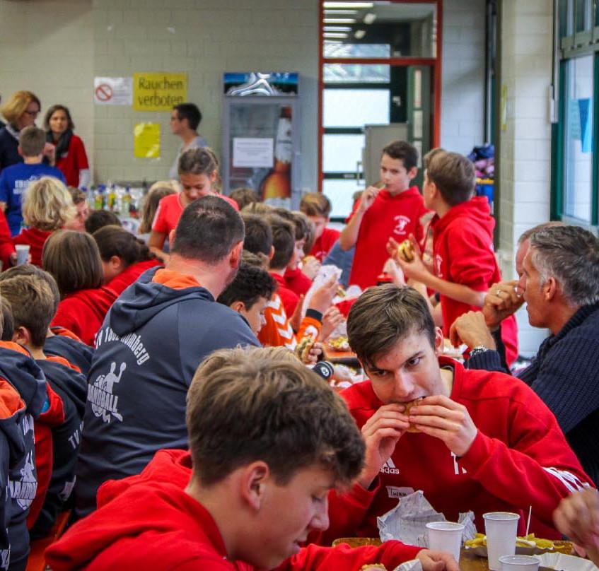 """Trainieren macht hungrig: Ein gemeinsames """"Burger- und Pommes-Essen"""" bildete den Abschluss des Trainingstages mit dem DHB-Kempa-Mobil."""