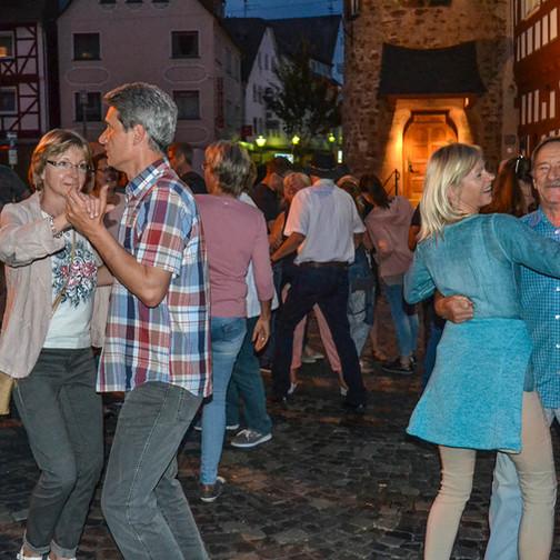 """""""Darf ich bitten?"""" Zahlreiche Besucher legten um Mitternacht eine flotte Sohle aufs Kopfsteinpflaster des Kirchhainer Marktplatzes."""