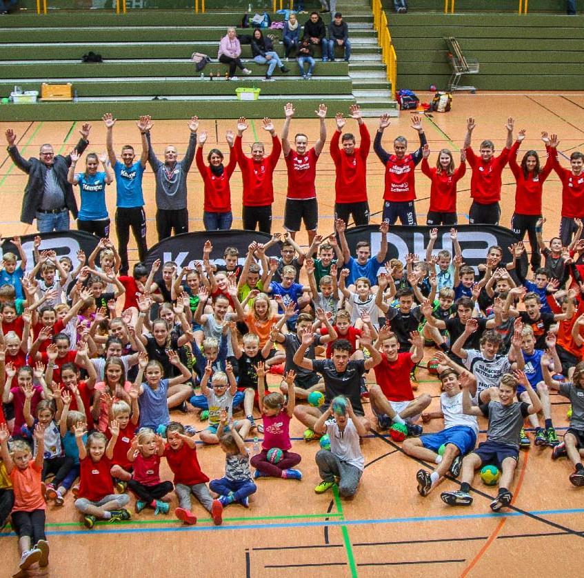 Verbrachten gemeinsam einen ebenso unterhaltsamen wie lehrreichen Handball-Nachmittag mit dem DHB-Kempa-Mobil: Die Jungen und Mädchen der JSG Kirchhain-Neustadt mit ihren Trainern (hinten).