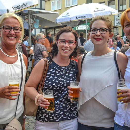 """Jeweils ein kühles Bier und beste Stimmung bei dieser weiblichen  """"Viererbande""""."""